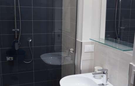 bagno doccia a pavimento box su misura blu bianco