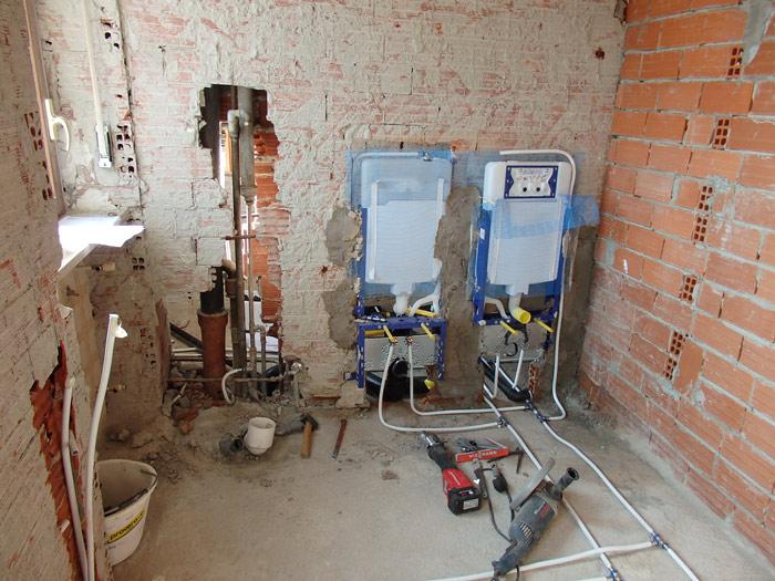 demolizione per nuovo bagno blu