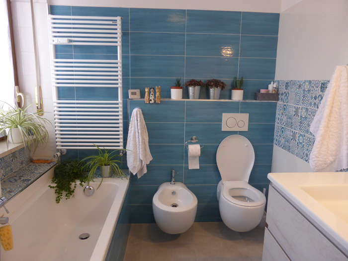 progetto bagno blu sanitari sospesi