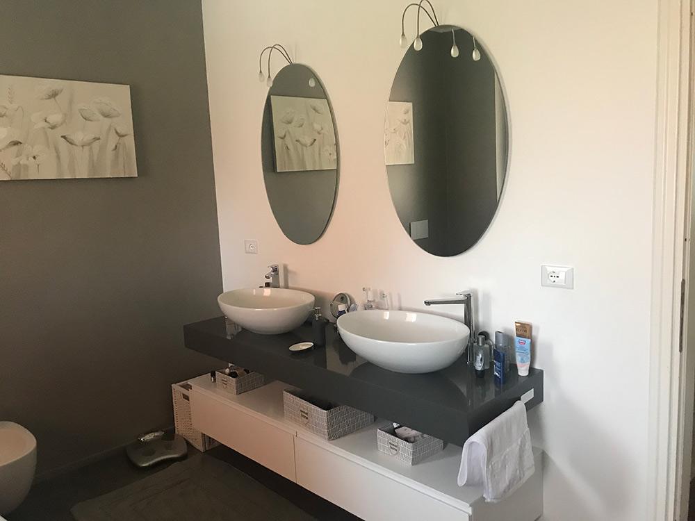 posa nuovo arredo bagno vasca specchi luci lavabi sospesi