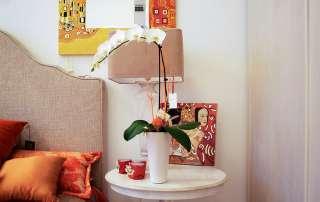 complementi arredo lampada e orchidea