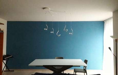 salone luci led riccioli e parete blu avio