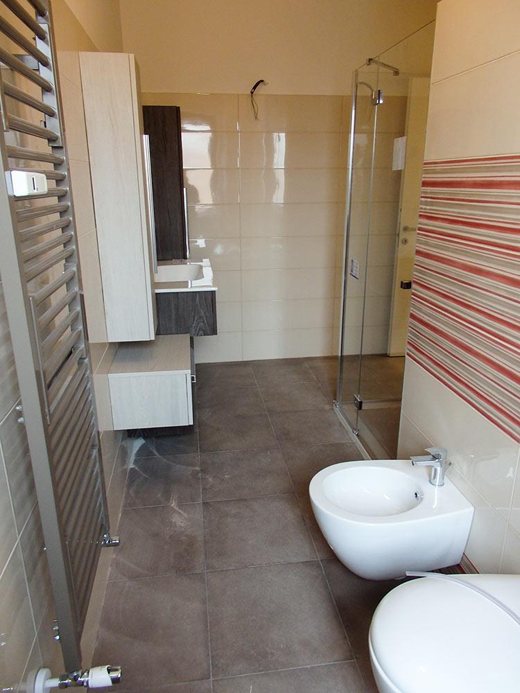 realizzazione nuovo bagno con piastrelle toni bordeaux e tortora