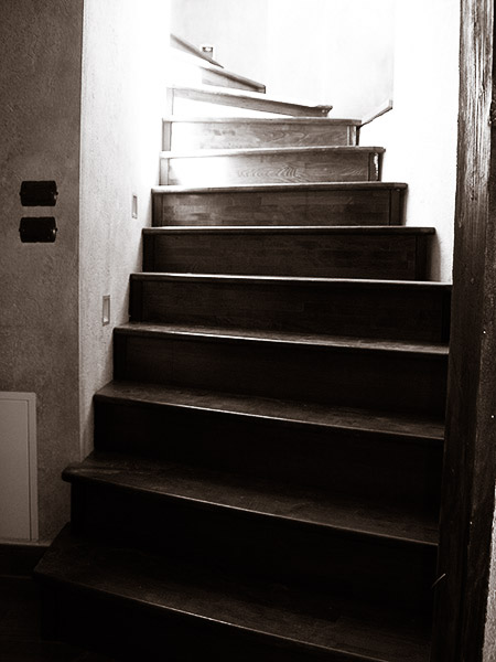 scala su misura in acciaio e legno e luci segna passo ad incasso